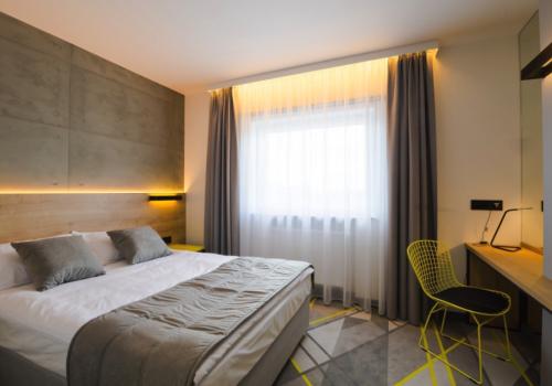 Pokój z jednym podwójnym łóżkiem