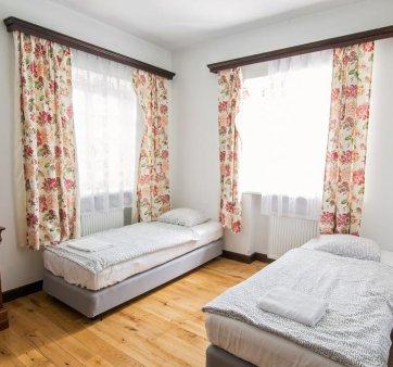 Pokój z 2 pojedynczymi łóżkami w osobnym budynku