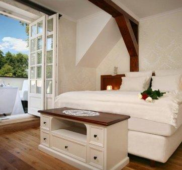 Pokój dwuosobowy z dużym łóżkiem w osobnym budynku