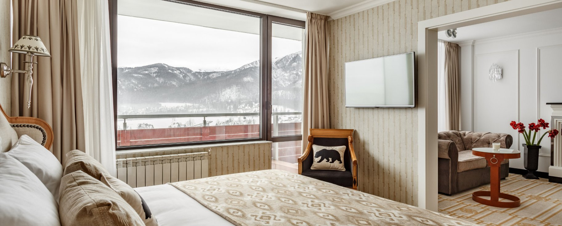 Suite with balcony overlooking the mountains