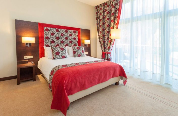 A superior double-room overlooking the garden with a private outdoor jacuzzi.