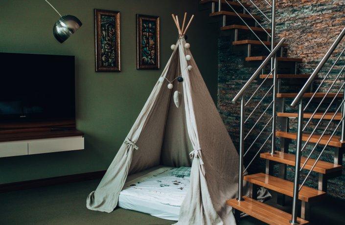 Grüne Suite mit einem privaten Fitnessraum im Zwischengeschoss